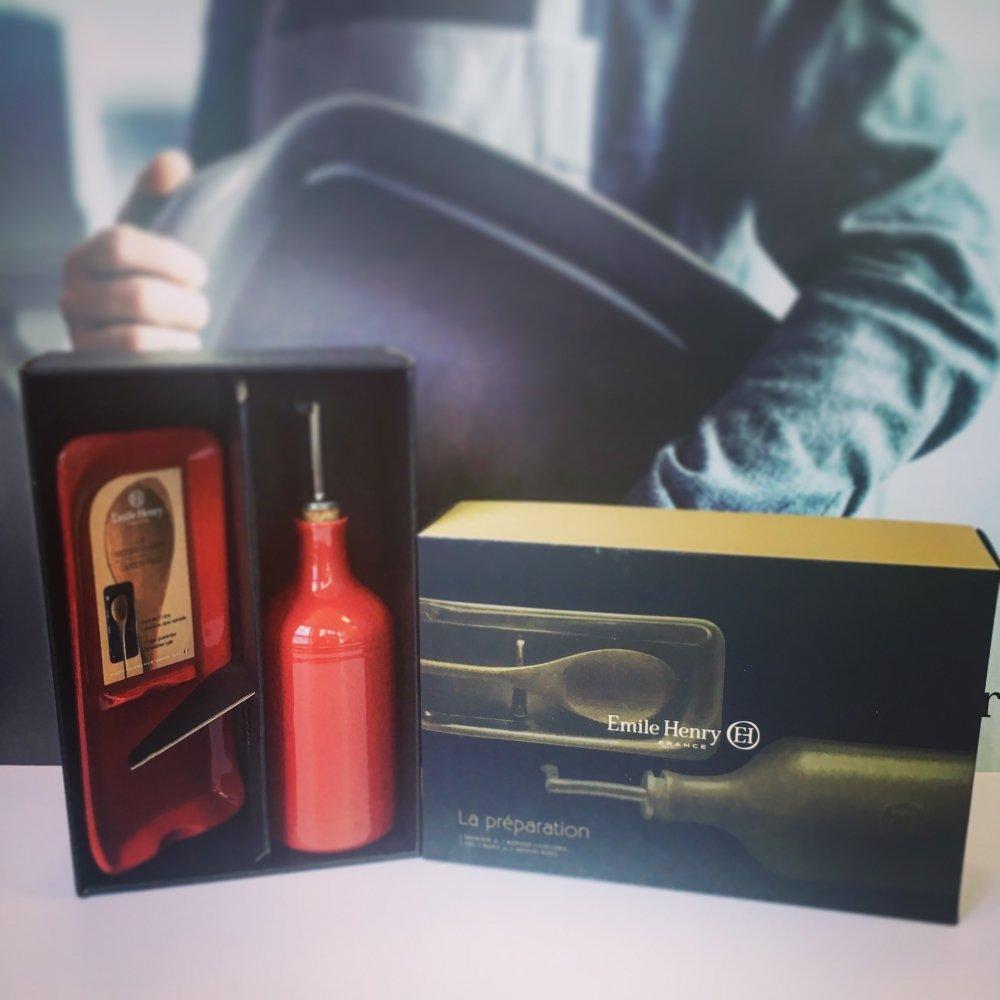 Подарочный набор Emile Henry: Бутылка для масла и подставка под ложку (гранат)